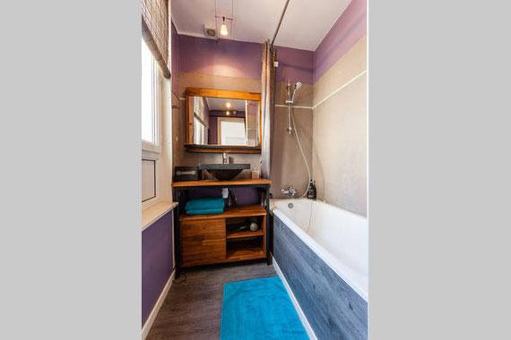 Salle de bain très lumuneuse, avec baignoire. Les serviettes de bain, sèche-cheveux, shampooing, savon sont fournis