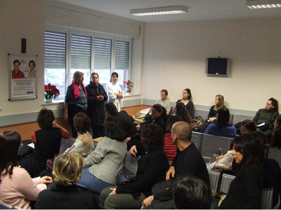Sala d'attesa del servizio Immunotrasfusionale, dove si tengono gli incontri con le mamme: da sinistra a destra Dott.ssa Giovanna Gamba, Sen. Silvana Amati, Dott.ssa Claudia Glingani che tengono l'incontro.