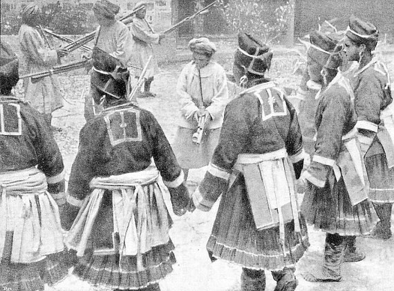Danseurs et danseuses miao-tse. Population autochtone du Yunnan.