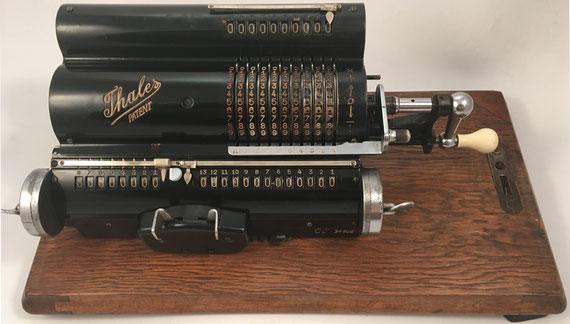 THALES CE(3.), s/n CE-34106, capacidad 9x8x13, fabricada por Thaleswerk, Rechenmaschinen-Spezialfabrik G.m.b.H., Rastatt (Baden), año 1930, 34x14x12 cm