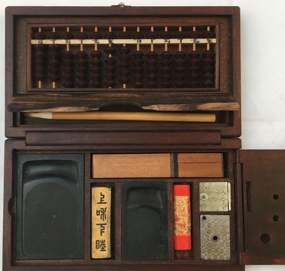 """Caja de utensilios con ábaco """"soroban"""" anterior IIGM, 13 columnas, 14x5 cm"""