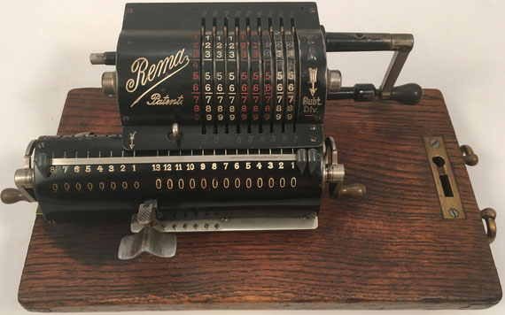 REMA modelo I, s/n 4528, capacidad 9x8x13, fabricada por Braunschweiger Rechenmaschinen - Fabrik Rema, G.m.b.H., Braunschweig (Rema se fusionó con Brunsviga en 1922), año 1919, 25x12x9 cm