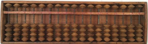 """Ábaco japonés """"soroban"""" posterior a la II Guerra Mundial, 17 columnas, con panel trasero, 37x11 cm"""