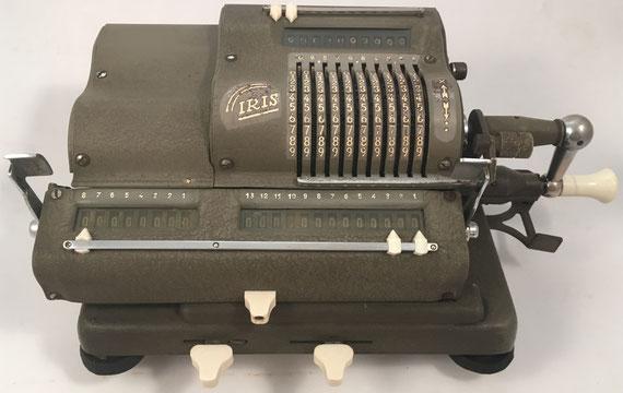 """IRIS modelo XIII VAT, s/n 165342, hecha en España bajo licencia sueca, es muy similar a las marcas """"Addo"""" y """"Multo""""; la fábrica """"Multo"""" estaba en Malmö (Suecia), año 1945, 32x17x13 cm"""