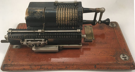 BRITANIC Model 2A, s/n 2A/6721, hecha por The Muldivo Calculating Machine Co. Ltd. compró Guy's Calculating Machines hacia 1939, 31x11x10 cm