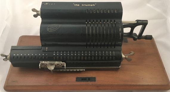 "Rechenmaschine TRIUMPHATOR ""THE TRIUMPH"" modelo A, s/n 461, año 1904, 50x20x16 cm"
