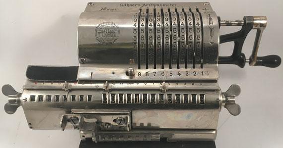 "ODHNER'S ARITHMOMETER, s/n 8684, hacia 1908, 29x20x16 cm. W.T. ""Odhner's Arithmometer"" se fabricaron en San Petersburgo (Rusia) a partir de 1874. Después de la revolución rusa de 1917 Original-Odhner se estableció en Göteborg (Gotemburgo), Suecia."