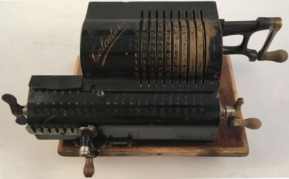 CALCULATOR, s/n 142, capacidad 9x8x13, fabricada por Joseph Köpfer & Sons G. m. b. H., Furtwangen (Baden, Alemania), año 1911, 37x19x12 cm. En 1912 se puso a la venta la fábrica y cesó su producción.