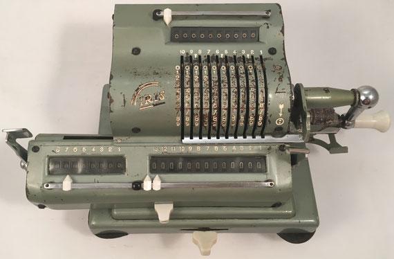 IRIS modelo XIII V, s/n 161867, hecha en España bajo licencia sueca, año 1945, en 1947 IRIS fue absobida por ICE (Industria Calculadoras Españolas), 32x17x13 cm