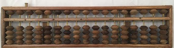 "Ábaco japonés ""soroban"" posterior a la II Guerra Mundial, 17 columnas, con mecanismo puesta a cero, 39x10 cm"