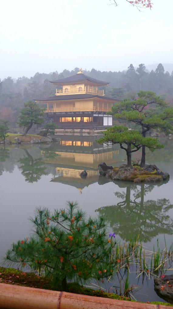 金閣寺の初冬の朝もや