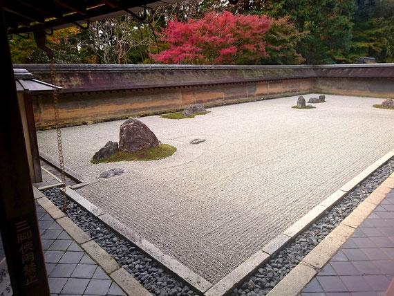 手前から5+2+3+2+3=15個の大小の石を配置、左の石がアングルから欠け残念!