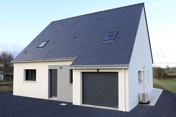 maison à étage avec couverture en ardoises naturelles bleus, une charpente traditionnelle et un enduit blanc et gris, garage intégré