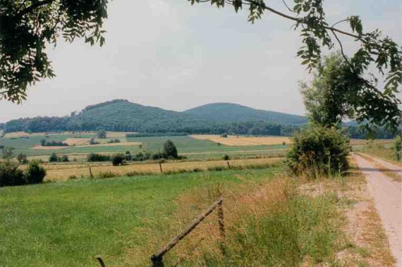 Morsberg bei Rasdorf (links, dahinter Stallberg)