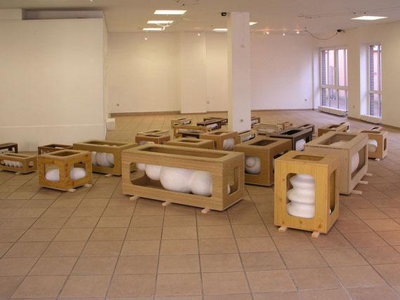 Kisten II (GalerieN), Steinzeugton, Gips, Holz, 64x740x670 cm