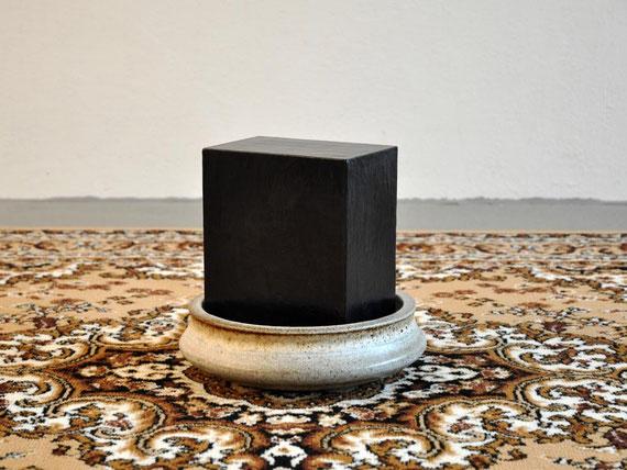 Etuden, div. Gefäße, Steinzeugton, Glasur, Teppich, 53,5x230x160 cm