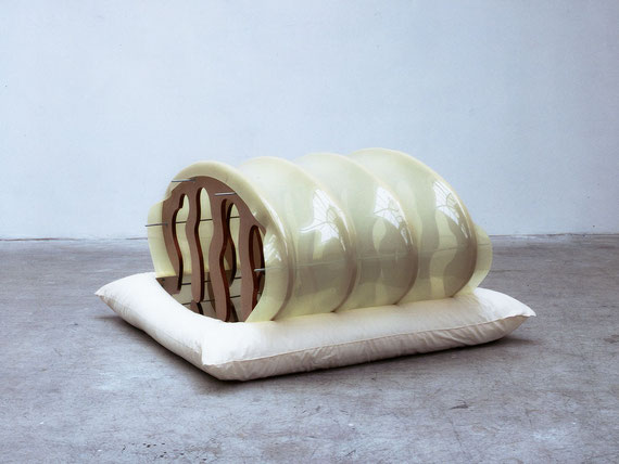 Mezquita, 2000, Holz, Kunststoff, Kissen, Metall, 80x138x142cm