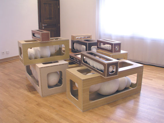 Kisten I (Museum Baden), Holzkisten,Steinzeugton, Gips, 145x280x190,cm