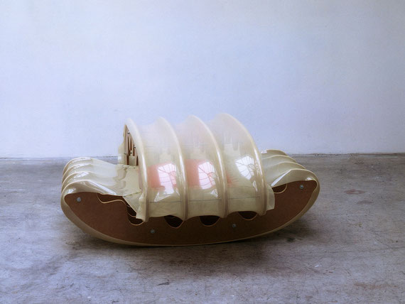 Endlich Ruhe, 2001, Holz, Kunststoff, Kissen, Metall, 64x157x157cm
