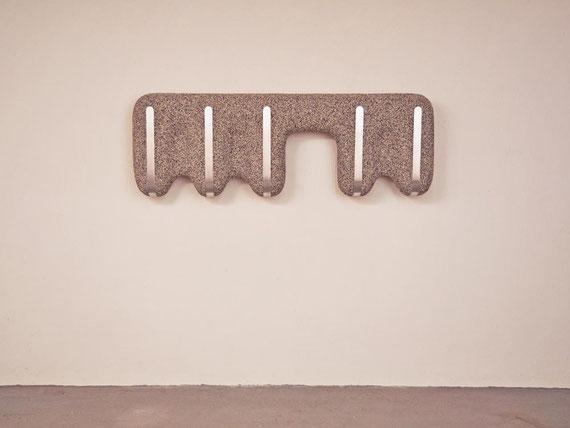 Monolithisches Gerät II, Sockelputz, Aluminium, 56x162x21 cm