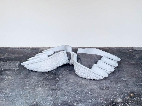Umstand, 2001, Steinzeugton, Filz, Farbe, 42x180x110 cm