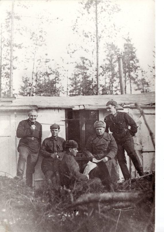 Штаб 218 сп 80 сд в Кяянтиме, март 1940 г. Сидят слева направо: ПНШ ст. л-т В. И. Крумер, НШ к-н И. С. Елецкий. Стоит справа - ПНШ-1 ст. л-т В. М. Мищенко