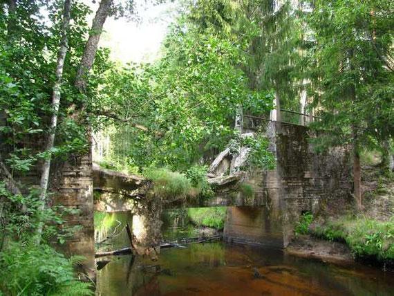 Фермы разрушенного моста