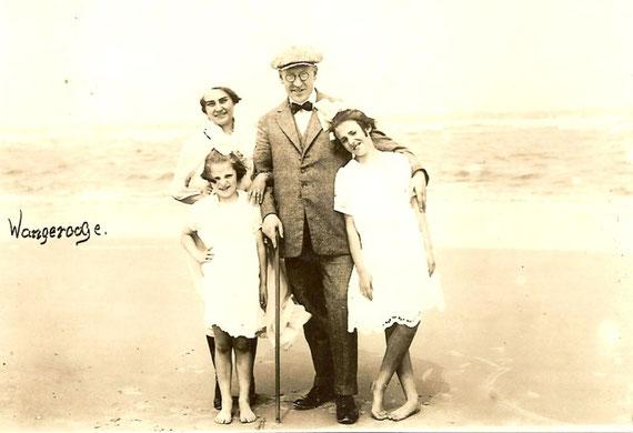 Carl Wolff mit Frau Angela und den Kindern Anneliese und Elsemarie im Juli 1923 auf Wangerooge