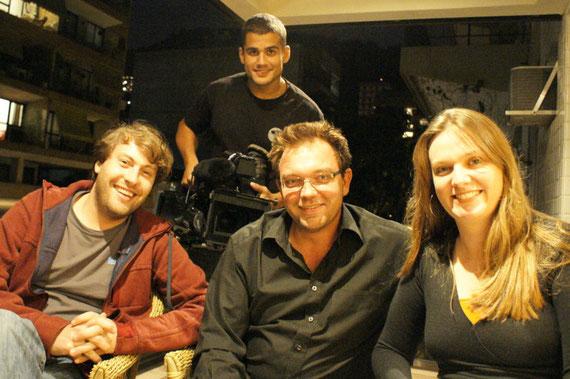 Thorsten Thielow (Kamera), Thomas Aders (Korrespondent), Tania Kert (Produzentin) und Romenique (Ton) auf meinem Balkon!