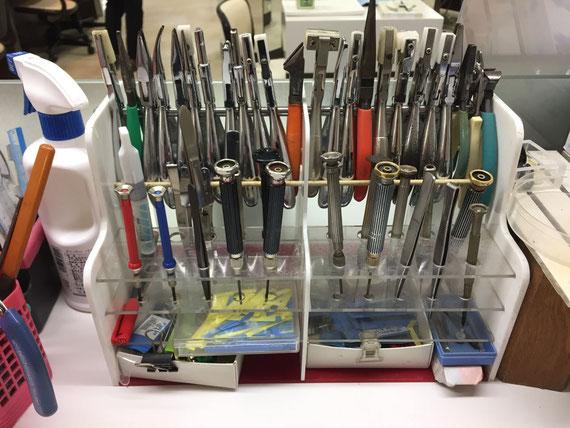 用途に応じてたくさんの工具でメガネを調整してくれます