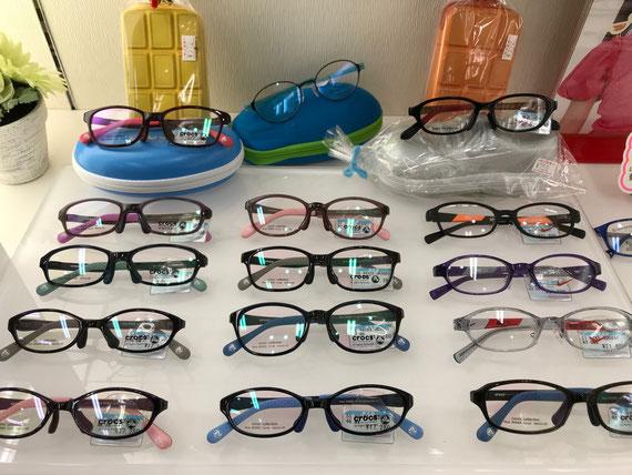 キッズフレームには、クロックスCLOCSのやさしい素材のお子さま用メガネ