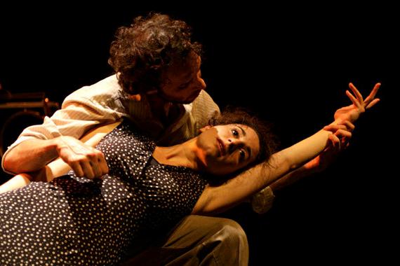 Photos d'un acteur et une actrice de la pièce sur scène