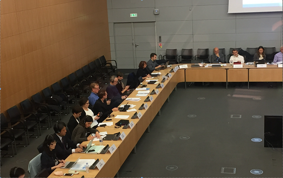研究を踏まえて、OECDパリ本部での会議で日本の教育状況を報告(2016年10月)手前が桜井。