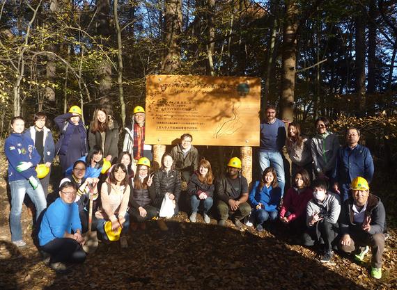 研究フィールドの一つである軽井沢町にある「ソフィアの森」での現地研修にて。(柴田先生は前列中央)