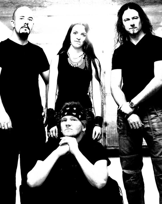 Stefan Schroff (Git), Sarah Zaugg (Bass), Flavio Mezzodi (Drums), Sitzend: Andy Portmann (Vocals)