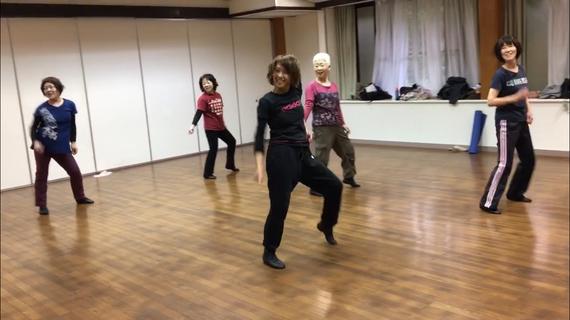 なにやら楽しげな表情で踊る大人クラス♪