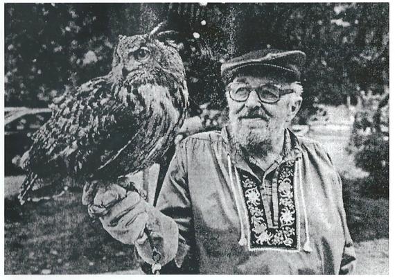 """Eine der grossen Attraktionen der Anfänge der Jungtierschau war gewiss der  Adliswiler Jean Bopp, hier an der Schau im Jahre 1988, mit seinem legendären neunjährigen Uhu """"Buk""""."""