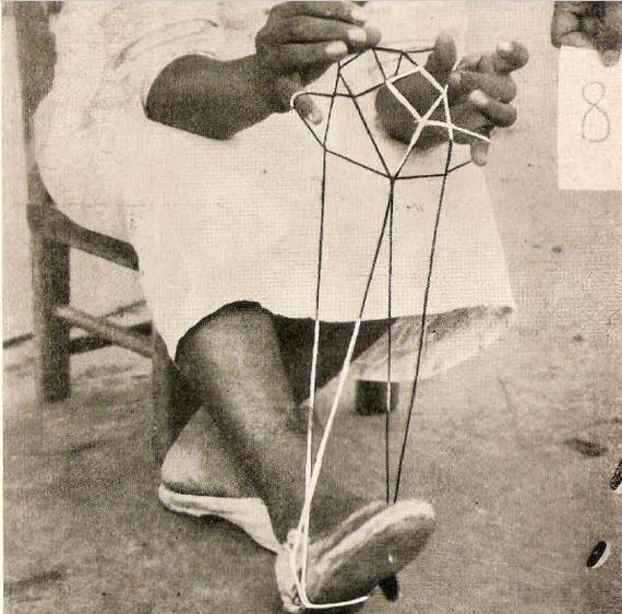 Esta habilidosa dama mataca trenza ayudada con los pies.