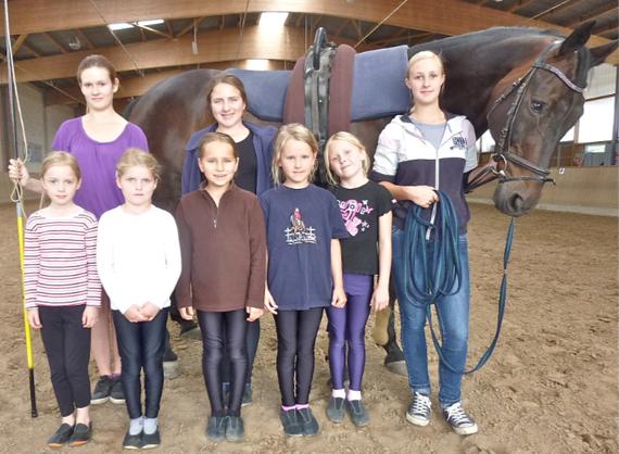 Calista, Lea, Tessa, Merle (dahinter),  Hanna, Sophie sowie den Ausbildern Lisa und Jacqueline