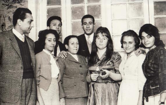 Bettina in Kairo mit Agyptischen Künstlern, 1962