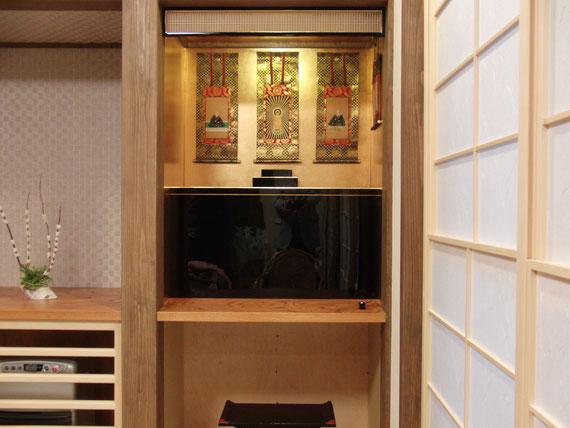 造り込み仏壇(造作仏壇)は、お客様のお好きな場所へお仏壇を造り上げることです。そのため、造作仏壇などと呼ばれています。小さなクローゼットや小さな押入れなどを造作して有効活用しませんか?