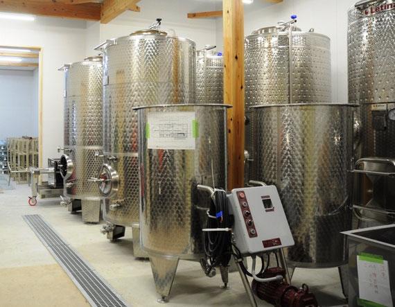 ピカピカのワイン発酵用ステンレスタンク