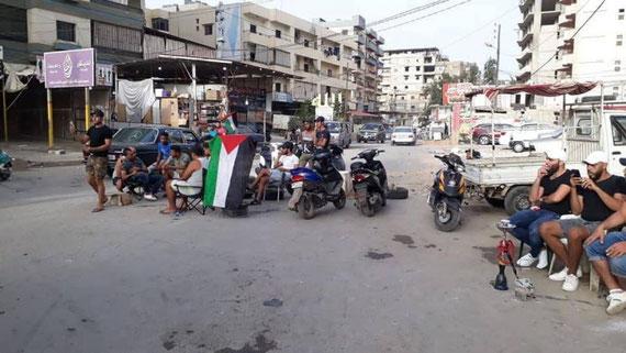 Des jeunes bloquant une route principale du camp de réfugiés palestinens de Beddaoui, au Liban-Nord, le 17 juillet 2019, en signe de protestation contre des mesures du ministère libanais du Travail. Photo ANI