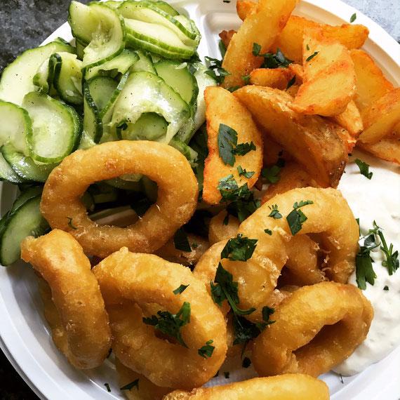 Tintenfischringe mit Knoblauchdip Kartoffelecken und Gurkensalat