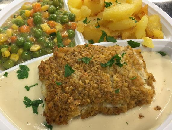 Schlemmerfilet vom Seelachs mit Kräuterkruste Senfsoße Bunter Gemüsemix und Bratkartoffeln.