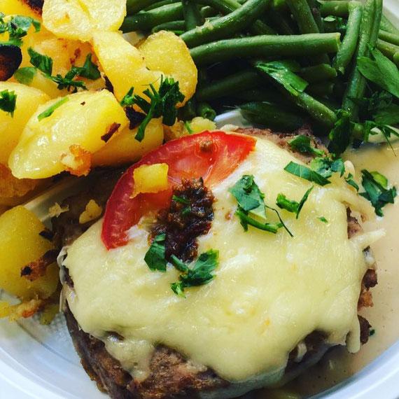 Käsehackbraten mit Prinzessbohnen und Bratkartoffeln