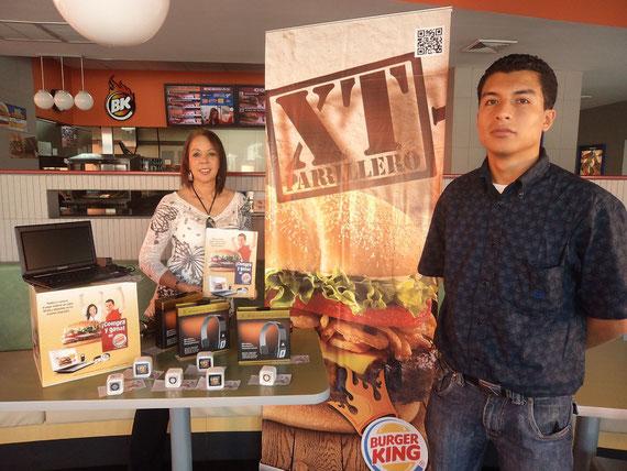 Gilda Porras, Gerente de Mercadeo de Burger King, junto con Sergio Tim+í, representante de Gobernaci+¦n Departamental, en el momento que anuncian a los ganadores.