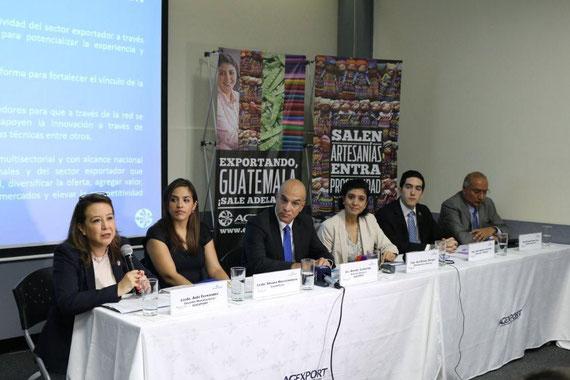 Izquierda: Gerente del Sector de Manufacturas de AGEXPORT, Aída Fernández; Presidenta de la Comisión de Cosméticos de AGEXPORT, Silvana Marsicovetere; Director General de AGEXPORT, Amador Carballido;  Presidenta de la Comisión de Manufacturas Diversas de