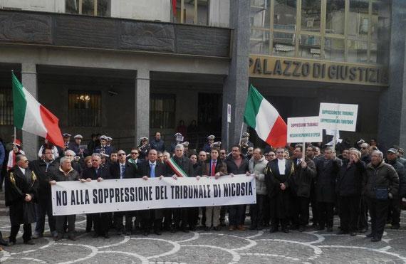 Corteo fermo davanti il Palazzo di Giustizia - Risuonano le note dell'Inno di Mameli