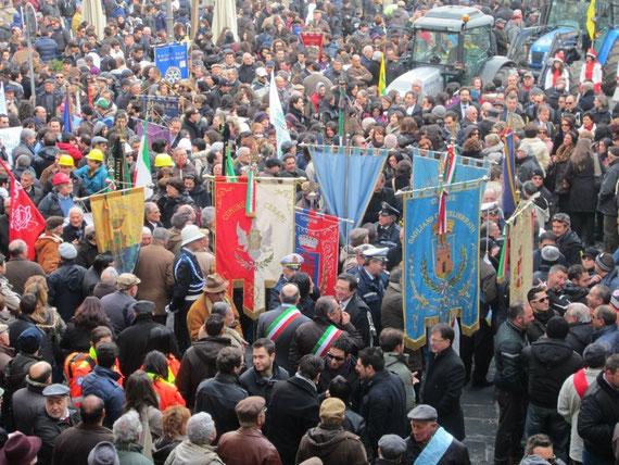 La Piazza Garibaldi gremita di manifestanti. 13 gonfaloni dei Comuni, i Sindaci con la fascia tricolore.